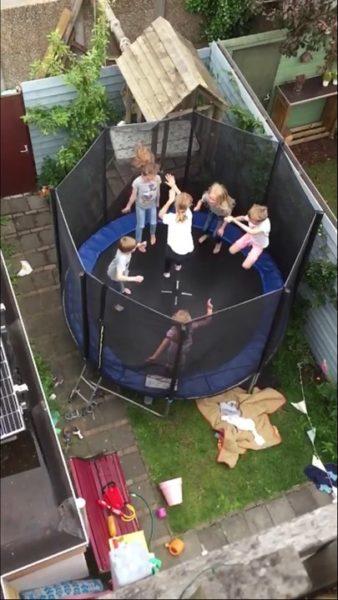 Wonderbaarlijk Slimme trampoline in kleine stadstuin - Keeponstyling LU-88